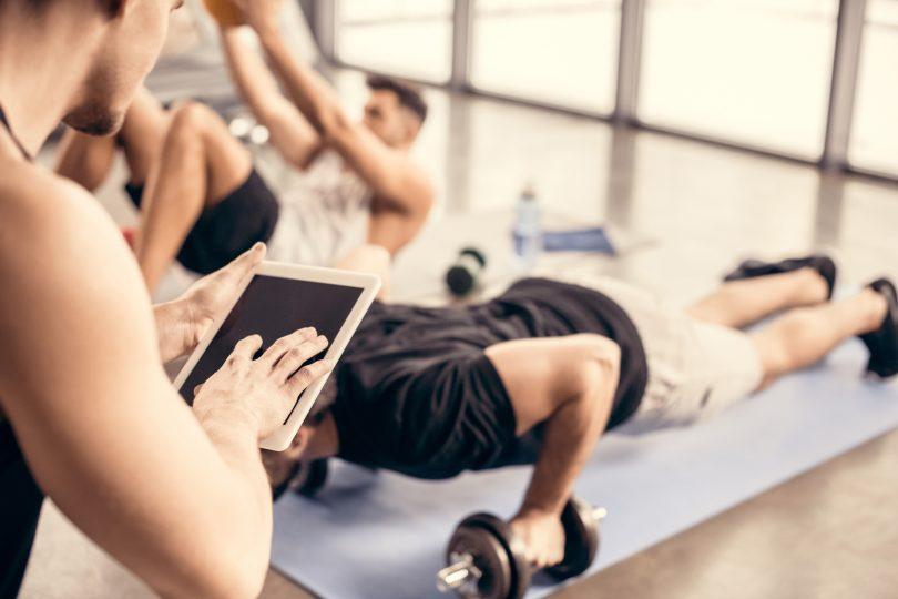 Personlig tränare som arbetar på gym