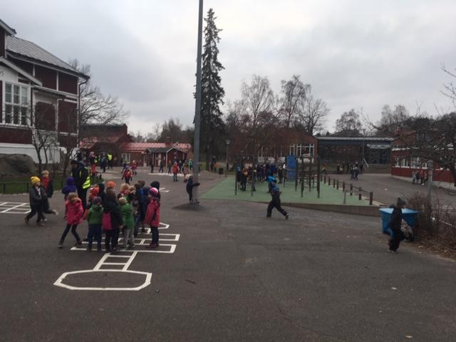 Barn ute på skolgården