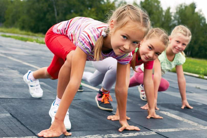 Barn som står på startsträcket