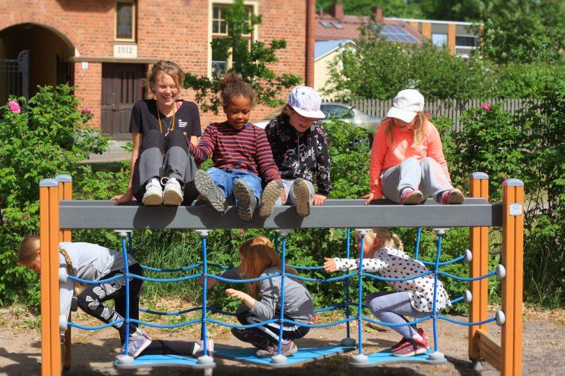 Barn som leker på sommarläger