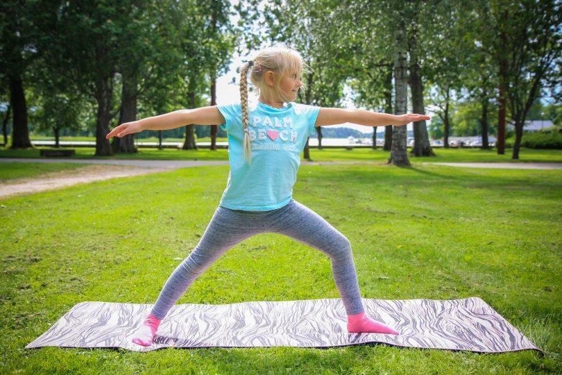 Krigare 2 görs av en flicka på en grön gräsmatta
