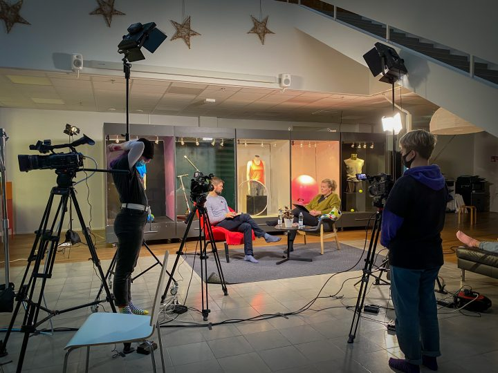 En studio med två programledare och två kameramän