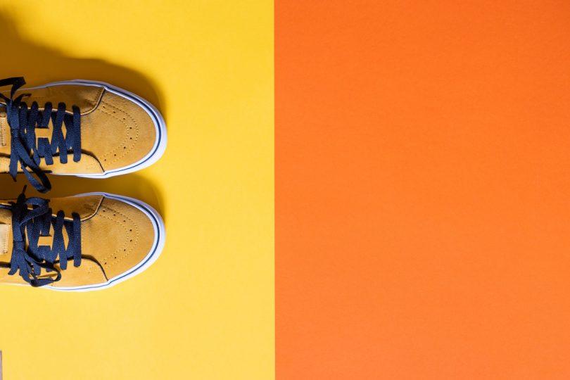 Skor på ett gult och orange underlag
