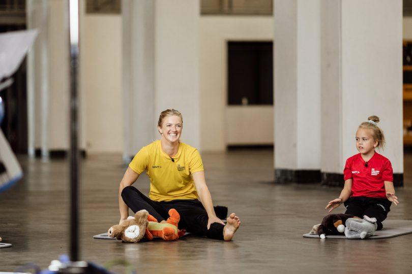 Lisa Gerkman sitter på golvet i träningskläder