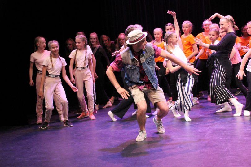 Grupp som dansar