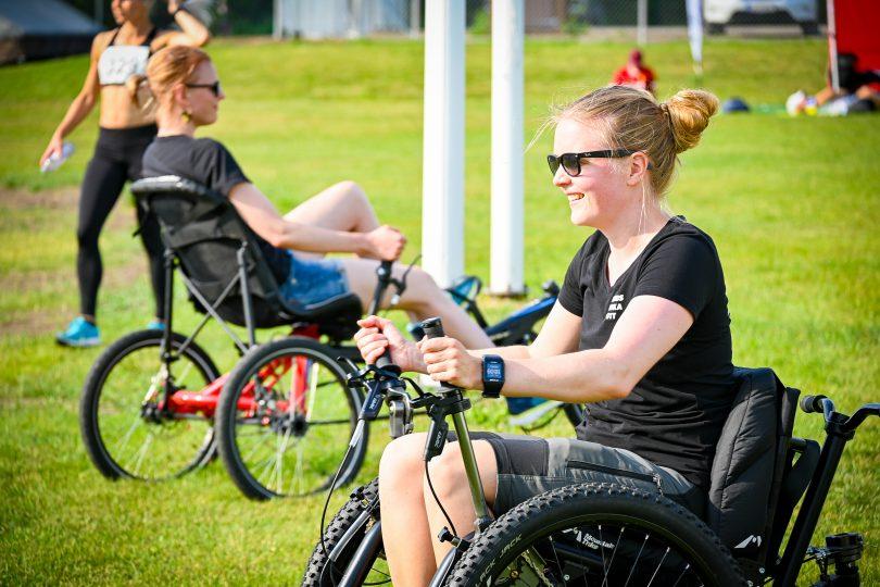 Två personer som sitter i varsin rullstol.