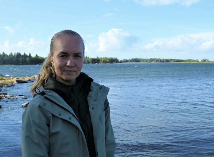 Jonna Skrifvars poserar på bild med hav i bakgrunden